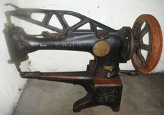 old Vintage Singer Sewing Machine 29-4 Leather Cobbler cast iron & Treadle Stand