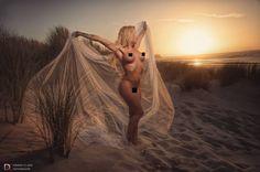 """In de fotografie heb je een term """"the golden hour"""". Het is het uur waarop de zon bijna onder is de kleur wordt """"goud"""" en het licht zit in een ideale positie om foto's te nemen.  Ironisch genoeg duurt het gouden uur geen uur dus je moet snel zijn. :-) Model: Kelly Van Hoorde Fotograaf: Dennis Claes Fotografie CENSORED IMAGE www.dennisclaes.be #model #nude #censored #wind #sundown #beach #dunes #warm"""