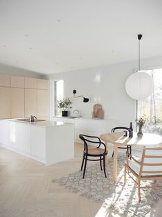 White and plywood kitchen Condo Kitchen, Kitchen Dinning, Kitchen Interior, Kitchen Design, Plywood Kitchen, Kitchen Wood, Scandinavian Style Home, Home Design, Interior Design