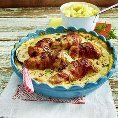 Putenbrust im Speckmantel in Frischkäse-Soße zu Kartoffelpüree Rezept | LECKER