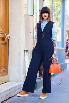 Street style look com camisa listrada social de gola e macacão