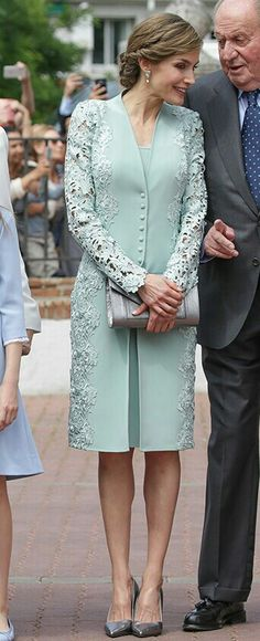 Queen Letizia - Mint green embroidered lace coat & dress by Felipe Varela - Pewter Felipe Varela clutch - Magrit 'Barbara' clutch Mom Dress, Dress Skirt, Lace Dress, Hijab Fashion, Fashion Dresses, Mode Abaya, Evening Dresses, Formal Dresses, Queen Letizia