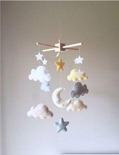 Móbile Lua, Núvens e estrelas, confeccionado de forma completamente artesanal, as cores poderão ser alteradas de acordo com a preferência do cliente, desenvolvemos qualquer tema. Entre em contato, será um prazer atendê-lo!