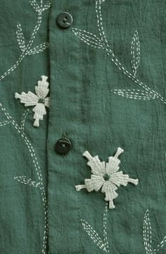 an uncomplicated sashiko design using two colors of thread Embroidery On Kurtis, Hand Embroidery Dress, Kurti Embroidery Design, Sashiko Embroidery, Embroidery On Clothes, Flower Embroidery Designs, Embroidery Suits, Hand Embroidery Stitches, Embroidery Techniques