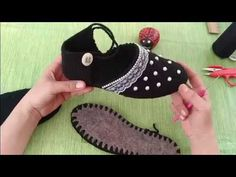 Emelce Patik Modeli Crochet Box, Crochet Shoes, Crochet Clothes, Sheep Tattoo, Wand Tattoo, Knitted Slippers, How To Make Shoes, Crochet Videos, Baby Shoes
