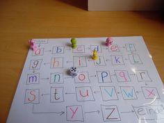 Spel voor kleuters die met de letters moeten oefenen. Je gooit met de dobbelsteen en zoveel plekken doe je vooruit. Als ze het niet weten, doen ze een stap naar achteren, misschien weten ze die wel