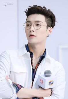 Yixing with glasses fucks me up so bad Baekhyun Chanyeol, Sehun Oh, Yixing Exo, Lay Exo, Exo Ot12, Chanbaek, Kris Wu, Tao, Kdrama