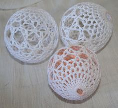 Free Christmas Crochet Ornament Cover Pattern | http://www.ravelry.com/projects/annastasia76/satin-ball-ornament ...