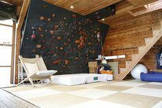 bardage bois intérieur, mur d'escalade, matelas de réception et fauteuil