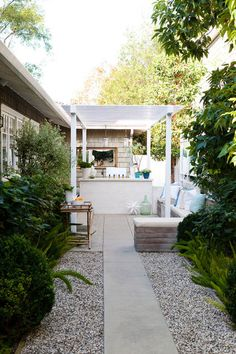 The clever design of this alleyway draws us to the focal point of the pergola-covered seating area, while the lush evergreen planting almost intensifies the narrow space. Once again the design is clean and simple.