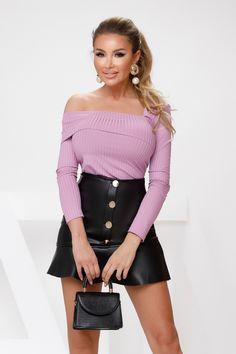 Bluza dama lila din tetra cu umar gol este perfecta pentru iesirile in club. Atmosphere Fashion, Mini Skirts, Photos, Atelier, Pictures, Mini Skirt