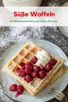Crunchy waffles with mascarpone cream and hot cherries Mascarpone Creme, Easy Peasy, Waffles, Muffins, Cherry, Good Food, Brunch, Food And Drink, Favorite Recipes