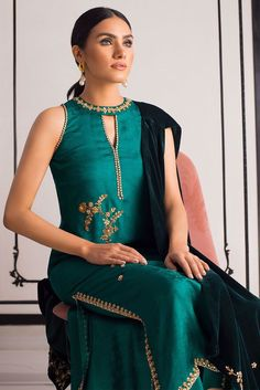 Picture of Jamawar shirt with velvet stole Dress Neck Designs, Kurti Neck Designs, Kurti Designs Party Wear, Designs For Dresses, Pakistani Dresses Casual, Pakistani Bridal Wear, Indian Bridal, Look Fashion, Indian Fashion