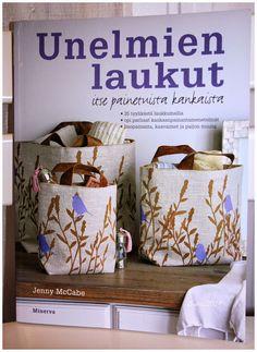 Kirjassa on 35 laukkumallia. Jokaiseen laukkuun on käytetty käsinpainettua kangasta.