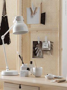 Met een paar goede essentials maak je van iedere spot een ideale werkplek   IKEA IKEAnl IKEAnederland wooninspiratie DIY doityourself creatief creativiteit kamer woonkamer inspiratie interieur wooninterieur werkplek werkspot werken studeren studeerkamer student kantoor HEKTAR bureaulamp LISABO tafel bureau