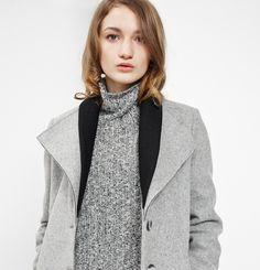 Manteau Margot Marilyne Baril 579.00 $  Margot est un manteau en lainage avec un double col en tricot côtelé. Il a une fermeture avant à simple boutonnage et des poches dans les coutures aux hanches. Son melton est fabriqué au Québec.  80% laine 20% nylon Doublure imprimée Créé et fabriqué à Montréal  Ce modèle est offert en juste-à-temps