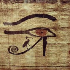 Ancient Egyptian linen displaying the Eye of Ra, with God Thot as ibis, posed on the leg of the eye, confirming that this leg is in fact the symbol of Thot's leg. Egyptian Mythology, Ancient Egyptian Art, Ancient History, Howleen Wolf, Kemet Egypt, Catty Noir, Book Of The Dead, Ligne Claire, Eye Of Horus
