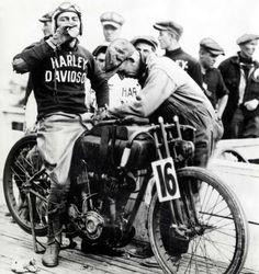 """Harley-Davidson – Peashooter - 21.35ci (350 cc) - Page 16Splendide photo de Joe Petrali sur Harley-Davidson 2-Cam racer 61ci """"directe-action"""". Cette photo fut prise le 4 Juillet 1925, lors du championnat National des 100miles, organisées par l'AMA sur la piste de Boardtracks de Altoona (Pennsylvanie). L'on distingue le réservoir supplémentaire, attribut des épreuves de longues distances."""