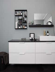Etter: Delikat og moderne Double Vanity, Bad, Floating Shelves, Dresser, Cabinet, Interior Design, Bathroom, Architecture, Storage