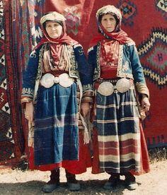 Festive village costume of Günyurdu (formerly: Bakraz) Köyü (Bilecik province). Mid-20th century, but still in use (e.g. during the annual Yörük festivals in the region). Ethnic group: Yörük.
