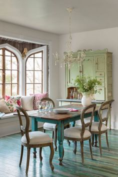 People Can't Decide Whether Rugs Belong In the Dining Room or Not