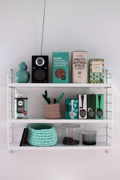 Neat shelving decor, with a lot of green/mint accessoires. Perfect color matching