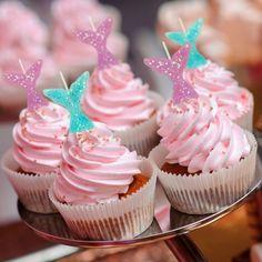 Kinderfeestje met accessoires en feestartikelen van HIEPPP l Girlslabel Mermaid, Desserts, Party Ideas, Glitter, Disney, Food, Girls, Kitchen, Accessories
