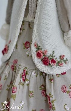 Wonderful Ribbon Embroidery Flowers by Hand Ideas. Enchanting Ribbon Embroidery Flowers by Hand Ideas. Silk Ribbon Embroidery, Hand Embroidery Patterns, Embroidery Stitches, Embroidery Tattoo, Embroidery Supplies, Smocked Baby Dresses, Doll Dresses, Brazilian Embroidery, Embroidery For Beginners