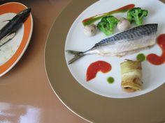 Gino  D'Aquino /  Maquereau au four,legumes de broccoli champignons et petit paquet de aubergine,sauce au tomate et basilique / Gino D'Aquino