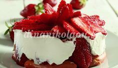 Instead of topping your cheesecake with fresh strawberries, bake 'em straight in! This Fresh Strawberry Cheesecake is a fun dessert for warm summer days! Greek Sweets, Greek Desserts, Party Desserts, Summer Desserts, Strawberry Banana Smoothie, Strawberry Puree, Blueberry Cheesecake, Lemon Cheesecake, Vanilla Wafer Crust