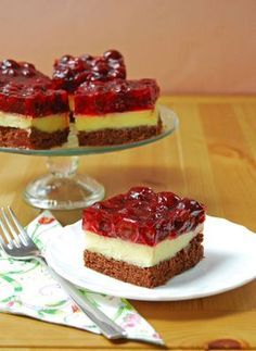 This STRAWBERRY SHORTCAKE PIE is the ultimate Summer sweet treat! Layers of strawberries, cream, and pound cake make for an easy strawberry shortcake recipe that is sure to please. Easy Strawberry Pie, Strawberry Shortcake Recipes, Strawberry Cake Recipes, Strawberry Farm, Pie Recipes, Gourmet Recipes, Dessert Recipes, Cooking Recipes, Easy Sweets