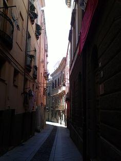 Quartiere di Castello: Il Castello (Castéddu 'e susu in sardo, trad. Castello di su) è il principale dei quattro quartieri storici della città di Cagliari. Sorge in posizione preminente, su un colle calcareo, a circa cento metri sul livello del mare. Popolarmente il quartiere è indicato senza l'articolo. Texto extraído de: http://it.wikipedia.org/wiki/Castello_%28quartiere_di_Cagliari%29