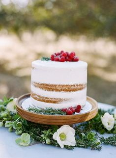 white-and-gold-one-tier-wedding-cake-with-fresh-fruit-and-foliage