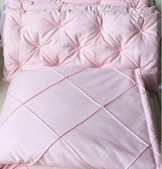 Купить или заказать Комплект в кроватку: бортики и одеяло в интернет-магазине на Ярмарке Мастеров. Чудесный комплект в кроватку для девочки из приятной, качественной и износостойкой ткани. Бортики 4 шт., на 3 стороны кроватки, можно добавить и на 4-ю сторону, по желанию. Отлично подойдет для круглой кроватки.
