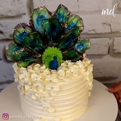 Cake Frosting Recipe, Cake Decorating Frosting, Cake Decorating Designs, Cake Decorating Techniques, Cake Decorating Tutorials, Cake Designs, Wafer Paper Flowers, Wafer Paper Cake, Peacock Cake