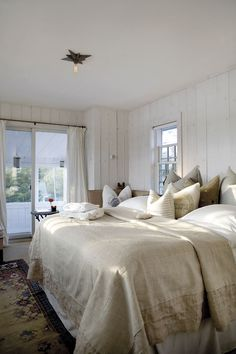 Bedroom in cottage owned by Bernt Heiberg & Bill Cummings on Long Island's North Sea Harbor, photos by Anastassios Mentis, Country Home magazine, Spring 2012 Country Master Bedroom, French Country Bedrooms, Dream Bedroom, Home Bedroom, Bedroom Decor, Casual Bedroom, Provence, Classic White Kitchen, Cottage Chic