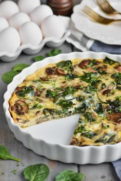 This Crustless Spinach Quiche is the perfect light breakfast! It is only 140 calories per slice. With only 20 minutes of hands on time you just can't beat this spinach quiche recipe. Shawarma, Brunch Recipes, Breakfast Recipes, Breakfast Quiche, Paleo Breakfast, Spinach Quiche Recipes, Canned Spinach Recipes, Healthy Quiche Recipes, Tapas