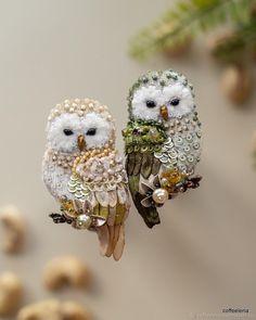 Handmade Beaded Jewelry, Brooches Handmade, Owl Jewelry, Bead Jewellery, Hand Embroidery Patterns, Beaded Embroidery, Bead Embroidery Tutorial, Bead Crafts, Jewelry Crafts