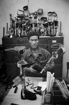 Bên cạnh thương binh chiến tranh, những vụ tai nạn do nổ bom mìn còn sót lại xảy ra hàng ngày khiến nhu cầu về chân tay giả ở Việt nam thời hậu chiến rất cao.1980
