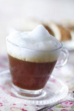 Irish coffee on irlantilainen viskillä maustettu lämmin kahvijuoma. Irish Coffee, Christmas Drinks, Pudding, Baking, Tableware, Desserts, Cheers, Food, Tailgate Desserts