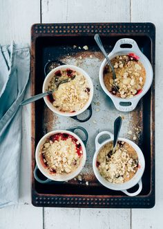 Crumble met witte chocolade en cranberry Hot Desserts, Cinnamon Ice Cream, Feel Good Food, Oven Dishes, Home Food, Meals For One, Brunch, Easy Meals, Breakfast