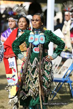 Jingle dress dancer in green at 2014 Crow Fair, by Bert Crowfoot Native American Children, Native American Pictures, Native American Regalia, Native American Beauty, Jingle Dress Dancer, Powwow Regalia, American Pride, First Nations, Dance Outfits