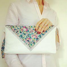 Pochette avec dragonne 24,5 x 17 cms, liberty of London Claire Aude, paillettes grises et simili cuir blanc : Sacs à main par marie-besancon