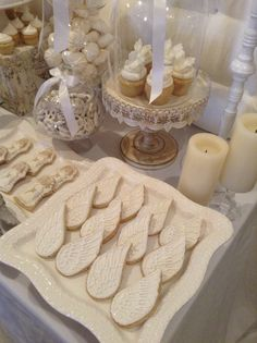 We could give our clients angel wing cookies when they leave from their sessions. Angel wing cookies at dedication, baptism, first communion.really sweet Première Communion, First Communion Party, Baptism Party, First Holy Communion, Baptism Ideas, Candy Table, Dessert Table, Comunion Cakes, Angel Baby Shower