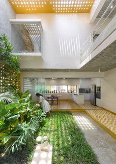 Indoor Courtyard, Courtyard House, Indoor Garden, Design Exterior, Interior And Exterior, Dream Home Design, Modern House Design, Tropical House Design, Modern Houses
