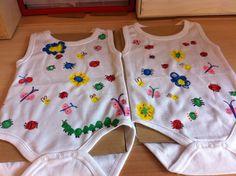 Een kraam cadeautje voor een baby broertje en zusje. De kinderen uit de klas hebben een rompertjes bedrukt met vinger afdrukken en textielverf. Hiervan vlindertjes, bloemen, lieveheersbeestjes etc. gemaakt. Zo schattig geworden.