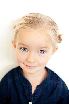 rare que je repinne une photo d'enfant, mais là elle est so so cute! Love her mini hair buns!