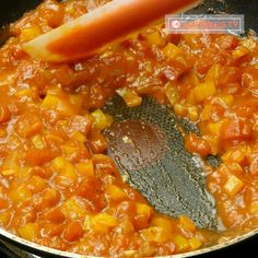 Atât de delicios și se prepară doar în 15 minute! Shakshuka, ouă în sos de roșii! - savuros.info