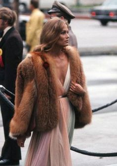 - 1975 - Halston Glamour - Halston dresses epitomized the decades disco glam look - which Lauren Hutton took even further by adding a plush fur coat. Lauren Hutton, Looks Chic, Looks Style, 70s Fashion, Vintage Fashion, Fashion Trends, Sporty Fashion, Style Fashion, Studio 54 Fashion