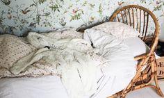The Socialite Family - zoom sur un lit en rotin  -papier peint Au Fil des Couleurs Hummingbirds - chambre d'enfant